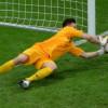 Голкиперу ПСВ и сборной Польши спасли жизнь прямо на поле