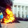 Под Верховной Радой становится «жарко», слышны взрывы и стоит дым