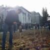 Под посольством РФ в Киеве установили кресты с именами погибших от теракта в Мариуполе (ФОТО)