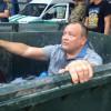 Главу ФГИУ Одесской обл. затолкали в мусорный бак, облили зеленкой и обсыпали мукой (ФОТО)