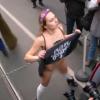 «Х*йло, езжай домой!» Активистка «Femen» разделась в Будапеште из-за Путина (ВИДЕО)