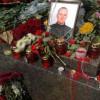 Киевляне приносят цветы под здание Рады, где граната попала в нацгвардейцев