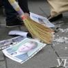 Яценюку на работу принесли люстру с фотографиями коррупционеров (ФОТО)