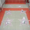 В Москве администрация вокзала разместила в туалете на полу лица звезд поддержавших Украину (ФОТО)