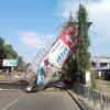 В Киеве грузовик снес пешеходный мост (ФОТО)
