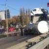 В Киеве масштабное ДТП — перекинулся грузовик с цистерной (ФОТО)