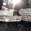 Раду пикетируют около 200 человек и требуют люстрации