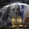 На российском фондовом рынке продолжается обвал, рубль девальвирует
