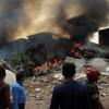 В Индонезии военный самолет упал на жилые дома. Погибло как минимум 30 людей