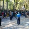 Полсотни молодых людей окружили дом Добкина