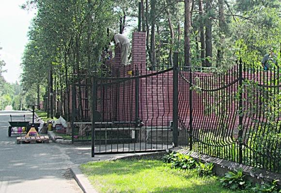 Сын коммуниста надстраивает забор и устанавливает камеры. Фото: И.Каумбаев
